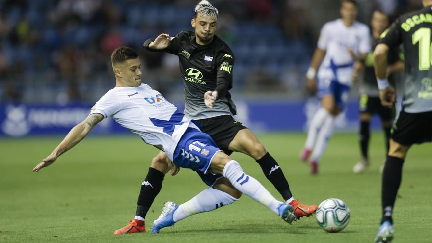 Mazan pelea por un balón en el partido frente al Extremadura
