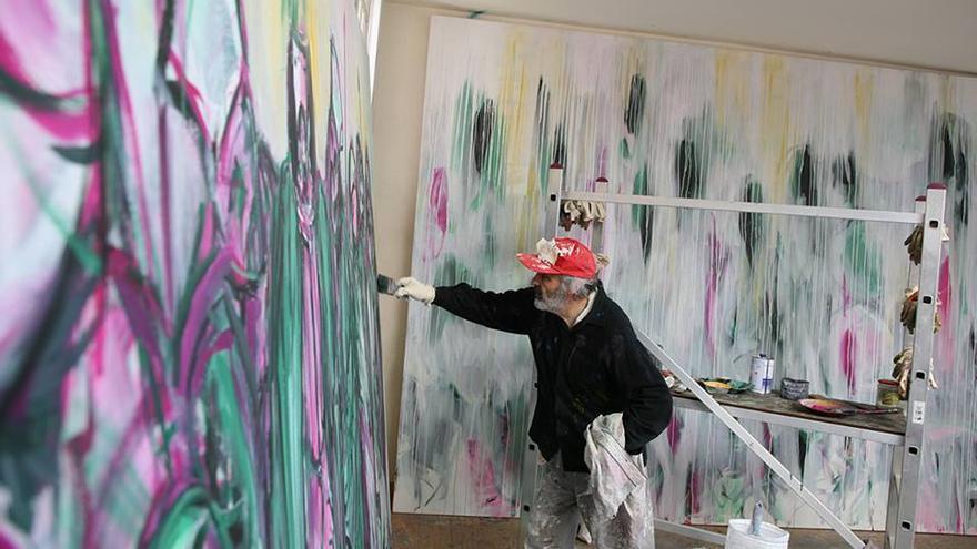 Jorge Rando, con una de sus obras