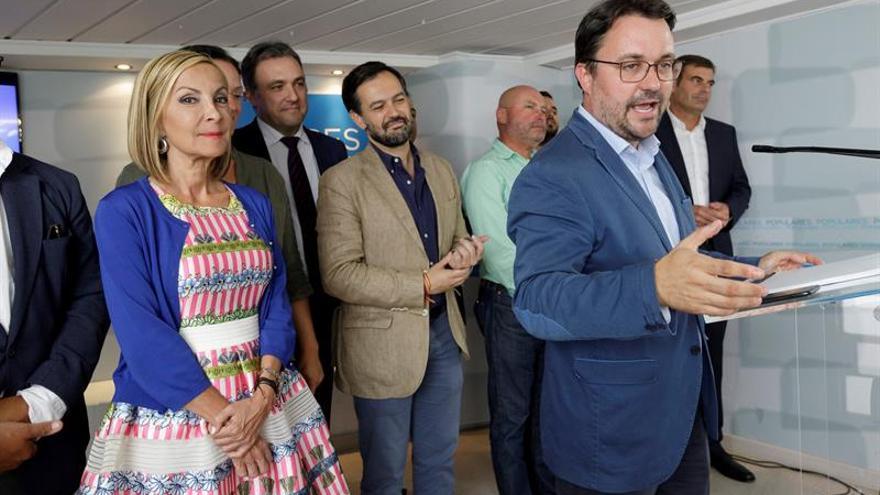 Asier Antona (d), durante la rueda de prensa tras presidir por última vez la junta directiva autonómica del Partido Popular en Canarias