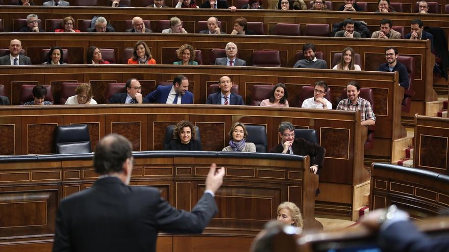 """El Gobierno subraya al PSOE que no debería """"hacer política"""" con cuestiones de Estado como el TC y Cataluña"""