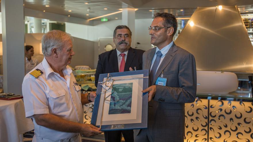 Entrega de regalo al capitán del Mein Schiff 3 por parte del Consejero Fernando Méndez