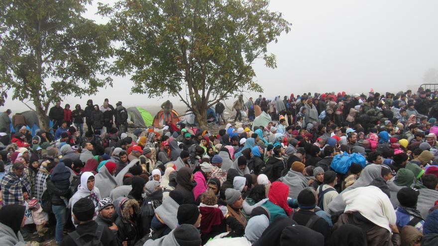Miles de refugiados se agolpan en la frontera serbocroata, donde les dejan pasar a cuentagotas, obligándoles a dormir en el barro a temperaturas bajo cero