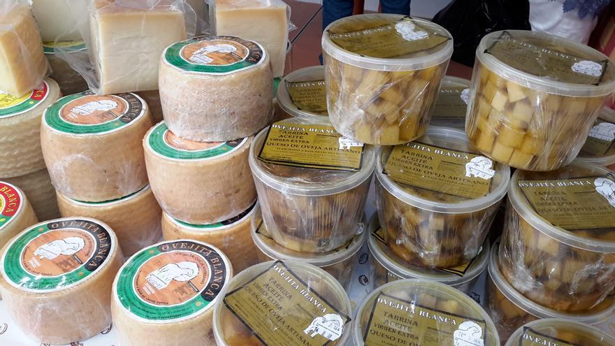 Los alimentos artesanos también están presentes en la feria toledana