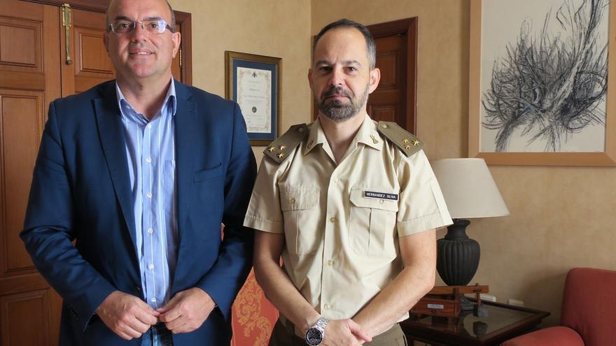 Anselmo Pestana, presidente del Cabildo de La Palma,  y el capitán Fernando López Oliva, nuevo jefe de la Unidad de Apoyo a la Proyección (UAPRO) del acuartelamiento de El Fuerte.