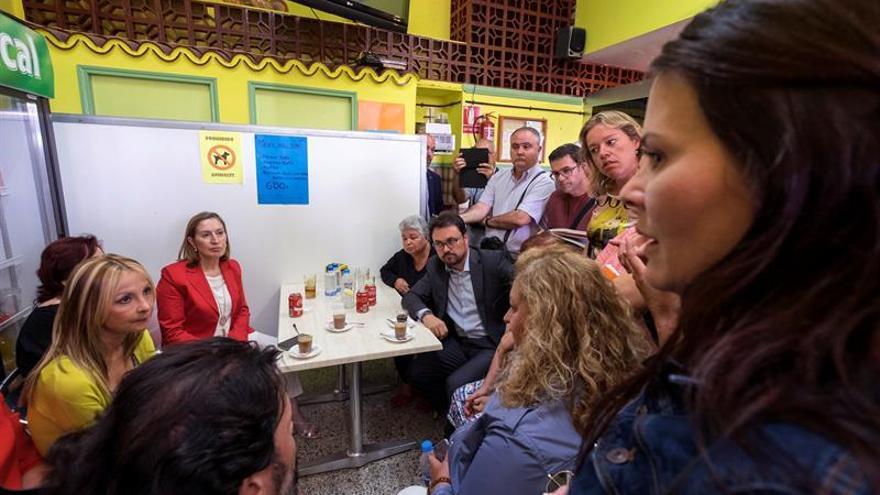 La ministra de Fomento en funciones, Ana Pastor (2i), paró en una cafetería del barrio de Jinamar, donde escuchó a varios vecinos, que la acompañaron durante la visita que realizó a las obras de la segunda fase del Área de Renovación Urbana (ARU) de este barrio capitalino. EFE/Ángel Medina G.