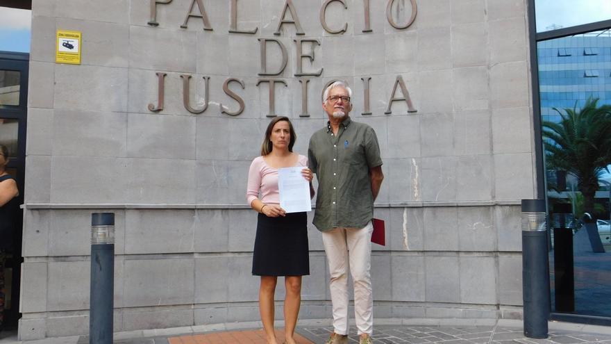 Sonia Beltrán de Guevara y Miguel Ángel Pérez Domínguez, tras presentar la denuncia ante la Fiscalía de Medio Ambiente