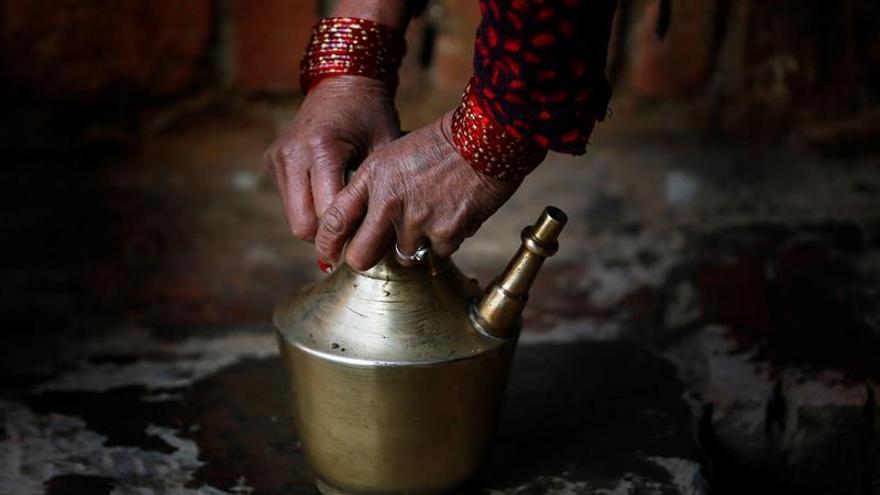 Una nepalí muere por la práctica que expulsa del hogar a las mujeres con el periodo