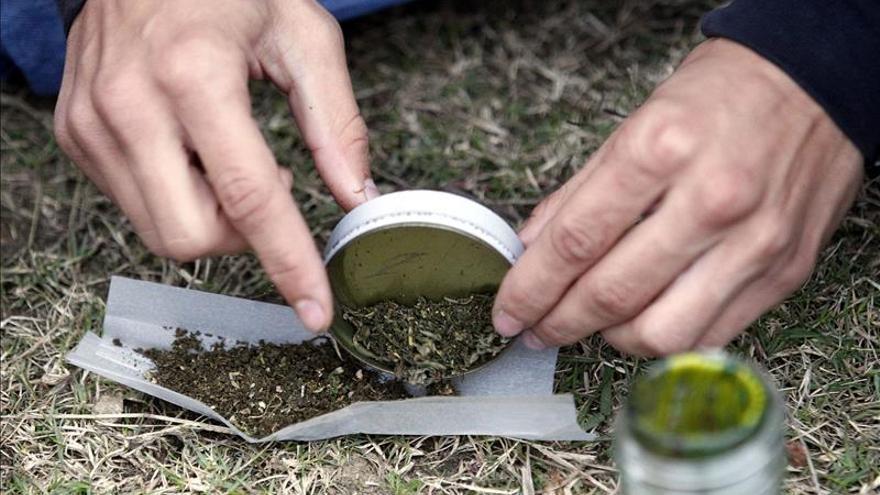 Jóvenes piden ante el Congreso paraguayo que se legalice la marihuana