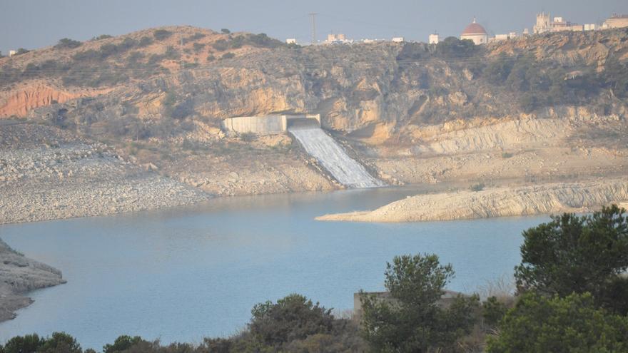 Agua llegando al embalse de Crevillente (Alicante) desde el acueducto Tajo-Segura