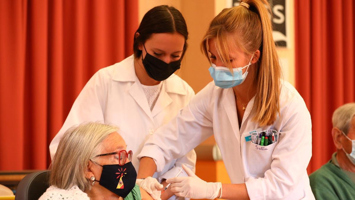 Emilia Nájera recibe la tercera dosis de la vacuna en la Residencia Romareda