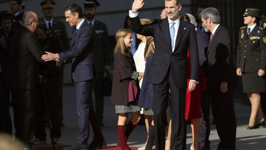 El rey saluda a su llegada al acto del 40 aniversario de la Constitución.