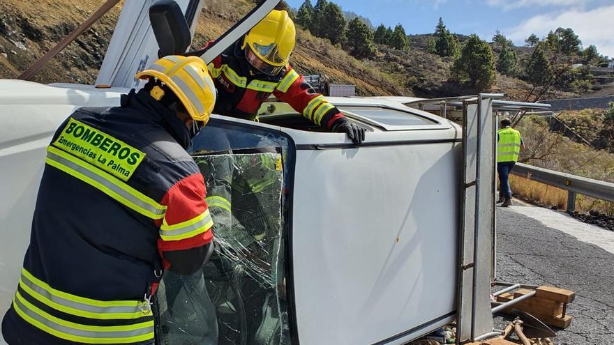 Los bomberos excarcelaron al conductor.