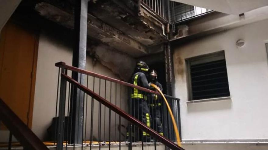 Un incendio en un edificio de viviendas en El Polvorín deja una mujer herida moderada