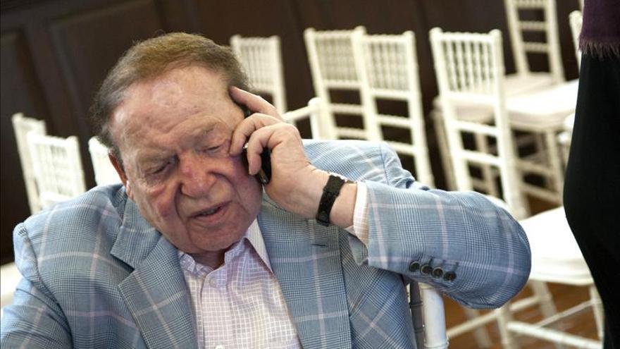 El Rey conversó brevemente con Adelson al término de la audiencia de ayer