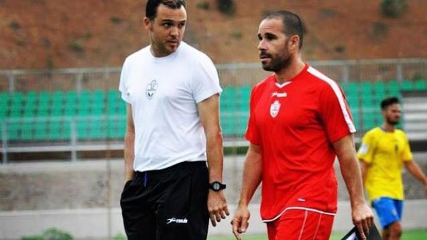 Ángel Sánchez (izquierda) durante su etapa como entrenador de la UD San Antonio