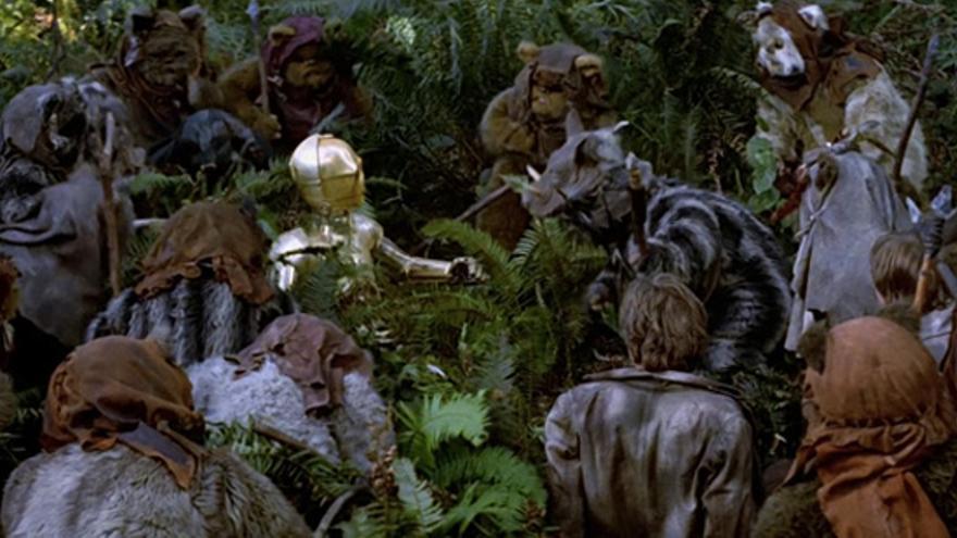 Aunque los 'ewoks' hablan un dialecto primitivo, C3-PO es capaz de entender que le adoran