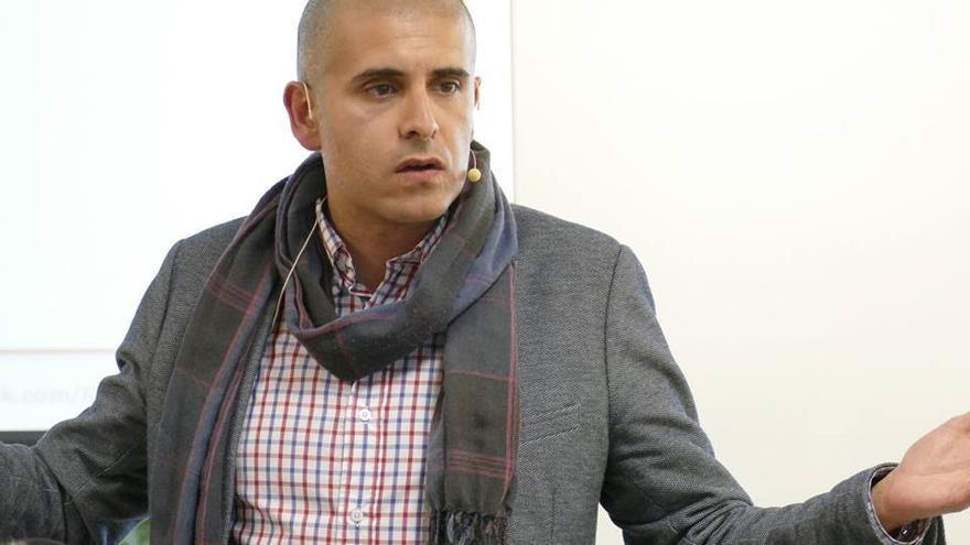 Rayko Lorenzo es escritor y profesor de Comunicación y Marketing.