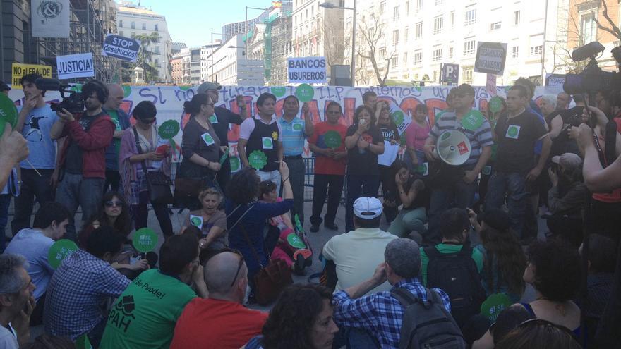 Asamblea de la PAH durante la protesta por el rechazo de su ILP
