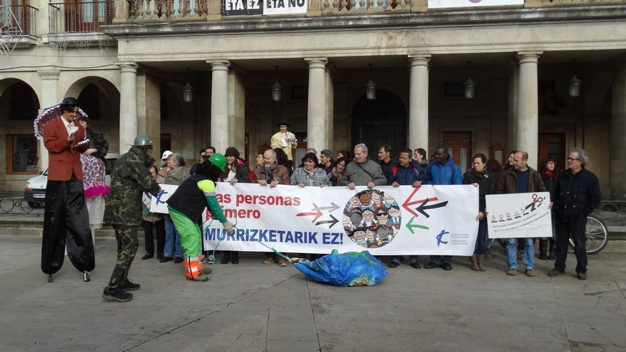Acción teatralizada de la CONGD de Euskadi para denunciar los recortes en cooperación internacional.