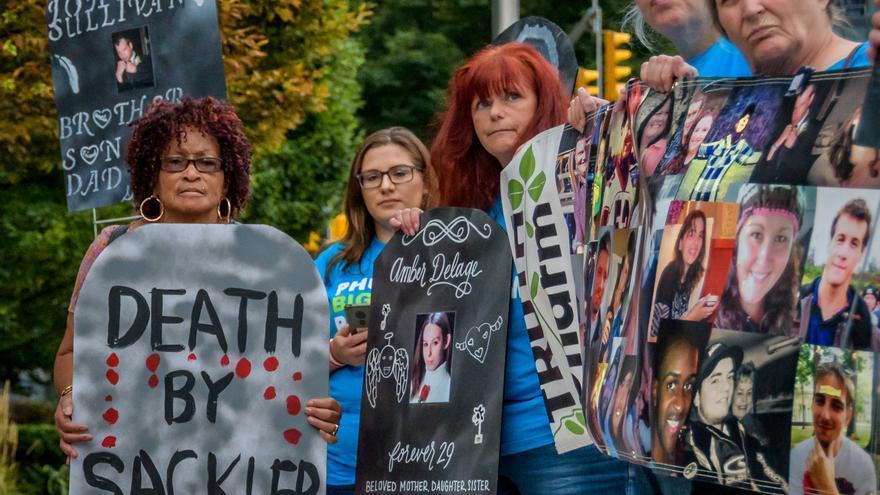 Un grupo de manifestantes protestan a las puertas de la farmacéutica Purdue en Nueva York.