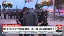Momento de la detención de uno de los reporteros de la cadena de televisión CNN.