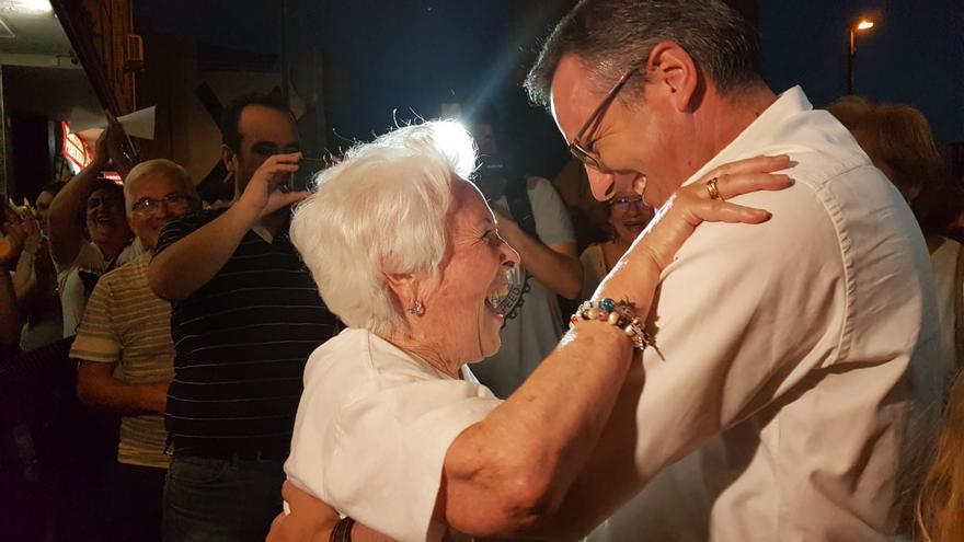 El delegado del Gobierno, Diego Conesa, saluda a la abuela de las vías, Ana Jiménez /ELISA RECHE