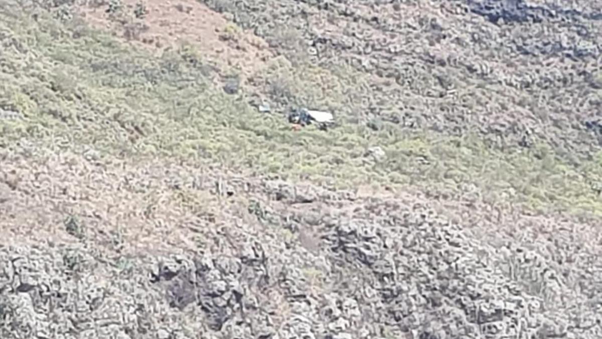 Vehículo accidentado tras precipitarse por un barranco en Gáldar