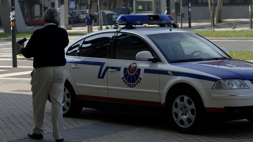 Una patrulla de la Ertzaintza, con las luces apagadas, en Vitoria