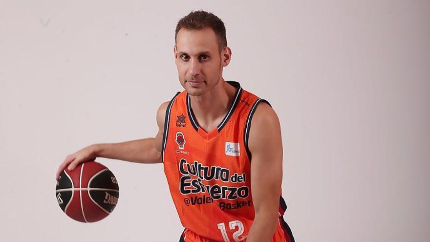 Pedro Llompart con la equipación del Valencia Basket.