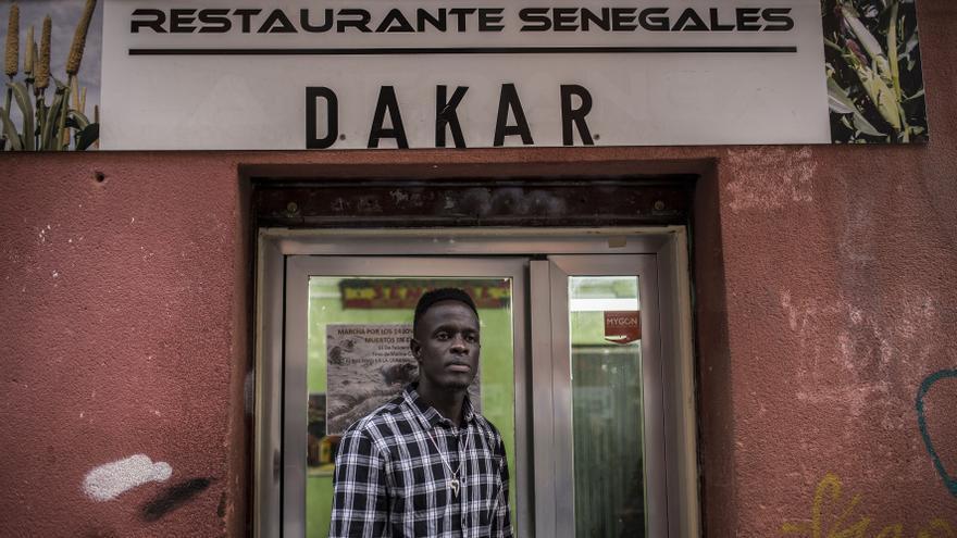 Mustafá en la puerta del restaurante donde trabaja / OLMO CALVO