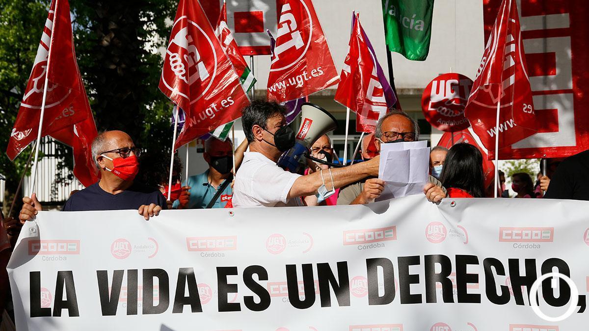Los sindicatos UGT y CCOO organizan una concentración contra la siniestralidad laboral frente a la sede de CECO