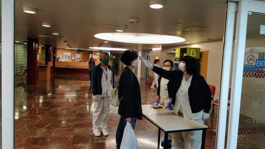 Sanitarios haciendo pruebas en la puerta del hospital Arrixaca