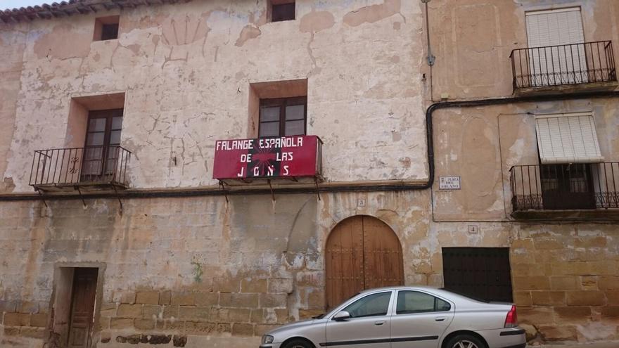Cartel recolocado por Falange Española de las JONS en el edificio que usan como sede no oficial.