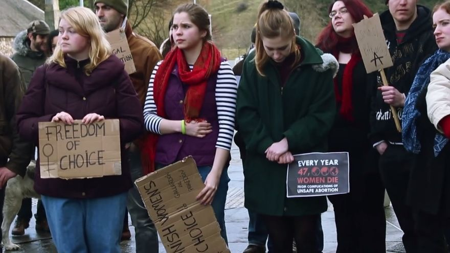 """Manifestantes en un fotograma del vídeo """"Manifestación Spanish women's choice"""""""