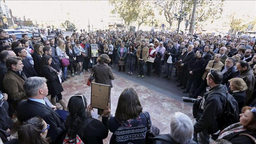 Franceses residentes en Valencia guardan silencio por los fallecidos