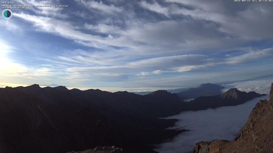 Imagen de las cumbres de  La Palma, en la mañana de este domingo, captada de la  webcam   sky-live.tv/opensky del IAC en el Roque de Los Muchcahos.