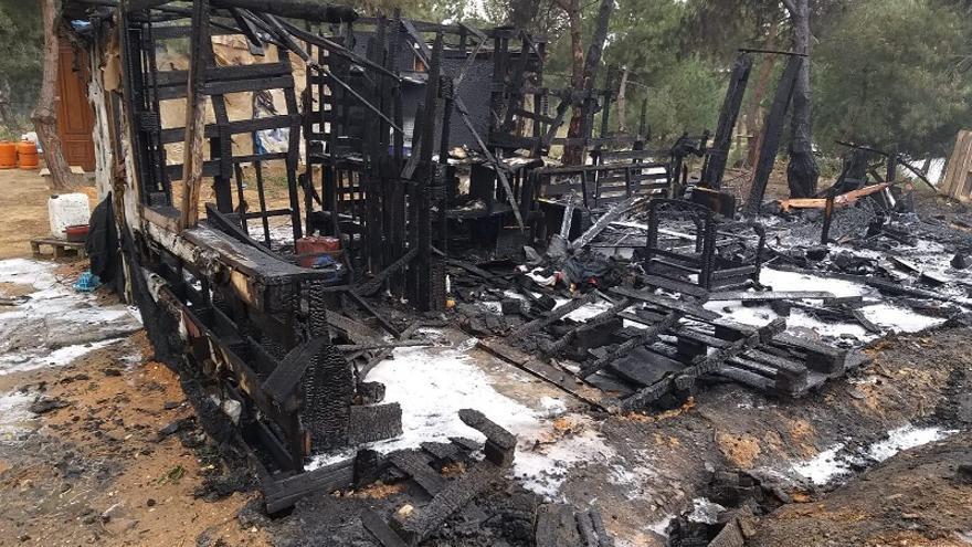 Un incendio sin daños personales calcina 30 chabolas de un asentamiento en Moguer (Huelva)