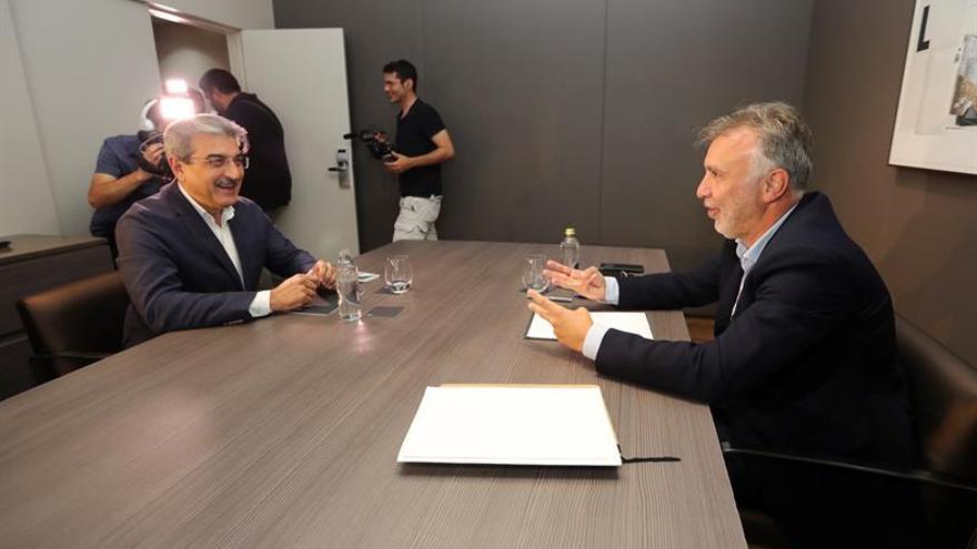 El secretario general del PSOE de Canarias, Angel Víctor Torres (d) y el diputado electo de Nueva Canarias Román Rodríguez en la ronda de negociaciones.