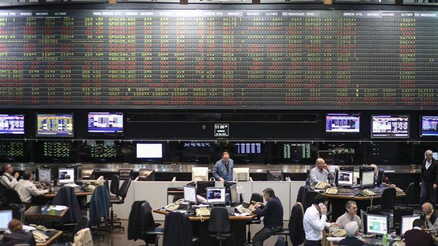 Las bolsas latinoamericanas abren la semana al alza
