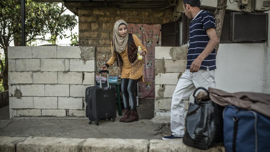 Fotografía: Fatem y Khlail recogen su última maleta antes de abandonar su pequeña habitación en Beirut rumbo su nueva vida en Italia. Luego de varias entrevistas, Khalil y su familia fueron seleccionados para ir a Italia. Khalil y Fatem nunca imaginaron que esto les sucedería. Autor: Pablo Tosco / Oxfam Intermón
