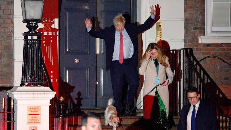 Boris Johnson sale de madrugada de la sede del Partido Conservador tras seguir los primeros resultados de la jornada.