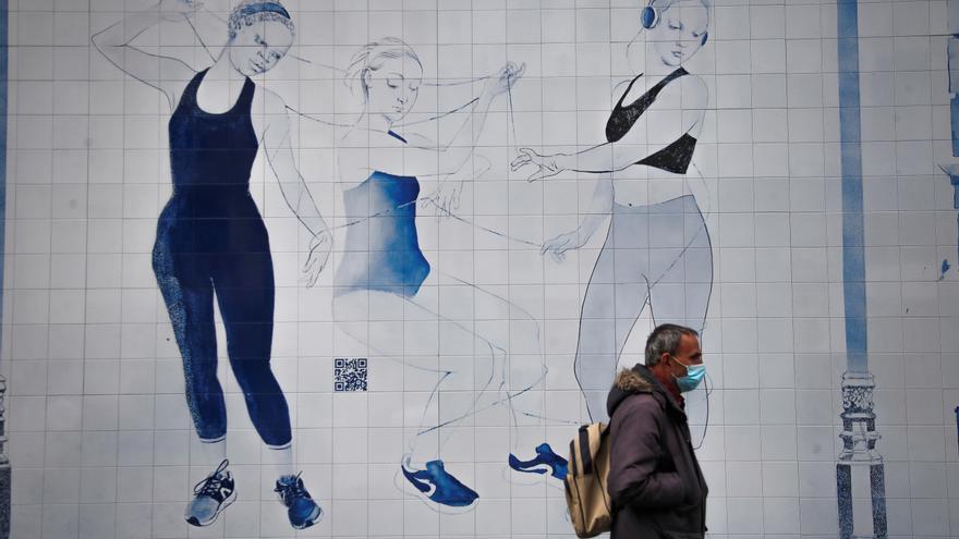 Un mural de azulejo viste El Palacio de la Música de Madrid