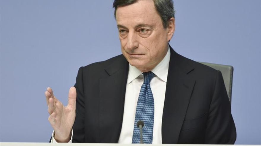 Draghi receta reformas, estímulos monetarios y fiscales ante riesgos al alza