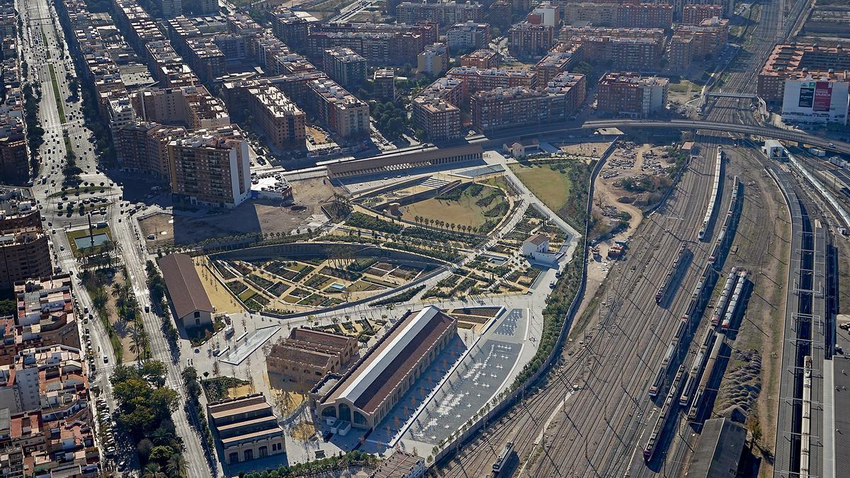 Imatge panoràmica de les vies que se soterraran amb el canal d'accés, amb la primera fase del Parc Central a l'esquerra