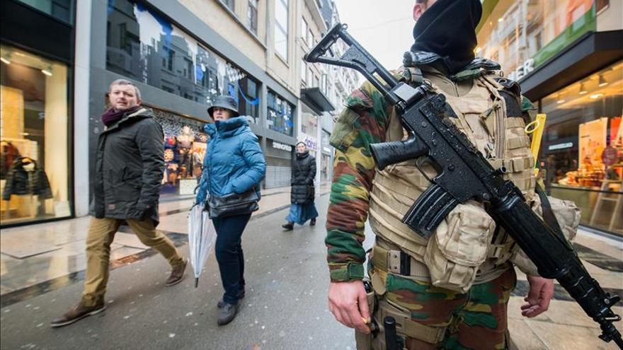 Bruselas espera la evaluación de la alerta mientras se busca a dos sospechosos