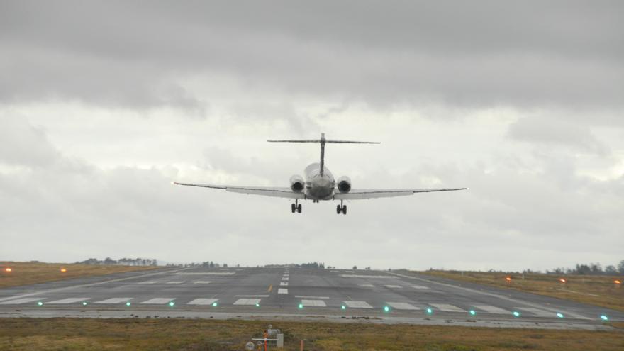 Avión aterrizando en el aeropuerto de Santiago