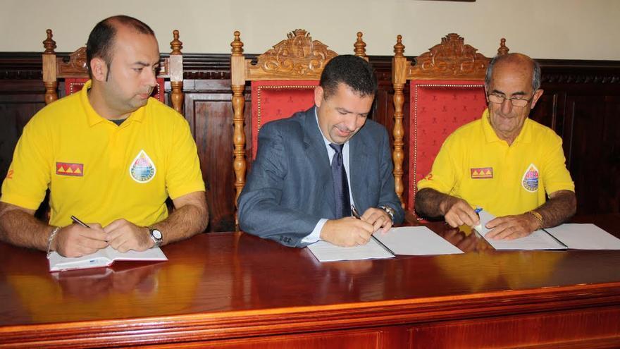 El alcalde (centro) con dos miembros de AEA.