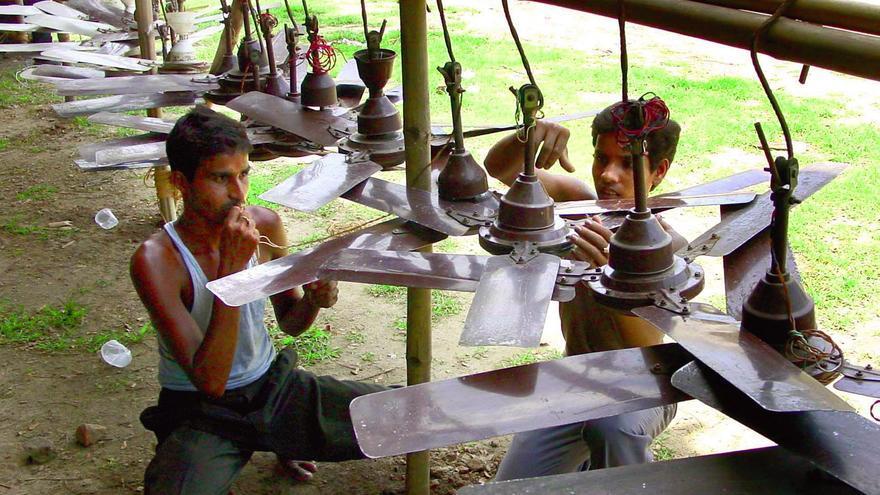 Trabajadores indios reparan ventiladores de segunda mano en Guwahati, al noreste de la India