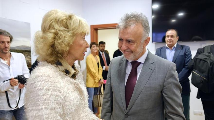 El presidente de Canarias, Ángel Víctor Torres, junto a la Presidenta del Consejo de Estado, María Teresa Fernández de la Vega, en la inauguración de Africagua (Fuerteventura).