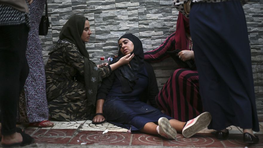 Un manifestante es ayudado durante una manifestación en la ciudad norteña de El Hoceima, Marruecos, el jueves 20 de julio de 2017. Los enfrentamientos entre la policía y los manifestantes marroquíes dejaron al menos 83 personas heridas en nubes de gas lacrimógeno y peleando en una manifestación no autorizada. Desigualdad y corrupción.
